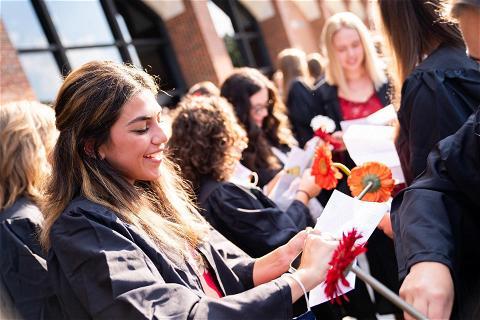 荣誉准则? 签署✅ 班旗? 提出了✅ 信? 签署,盖章,交付✅  欢迎来到西桑普敦和皇冠app学院,2024届和2025届的同学们! ❤️💙