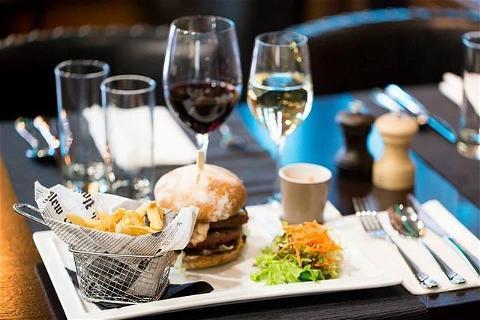 ⏰NOUVEAU HORAIRES⏰ #onresteouvert   Horaires du restaurant  Lundi au vendredi: 12H-14H30 et 18H30-00H Jeudi: 12H-14H30 et 18H30-1H30 Samedi et dimanche: 12H-00H (service continu) #bonnenouvelle   🍻HAPPY HOURS#afterworkdrinks  Lundi au vendredi 17H-20H Week-end: 15H-20H   ✍️ RESERVATION ⠀ 📞01 45 63 28 34⠀ 📩 fdr@osullivans-pubs.com⠀ 📍 63 Avenue delano Franklin Roosevelt ⠀ 75008 PARIS⠀  Merci de votre soutien et votre fidélité ❤️❤️  #restonsouverts#paris#restaurantparis#restaurant#champselysees#paris#happyhours#afterwork#ambiancechill #irishpub