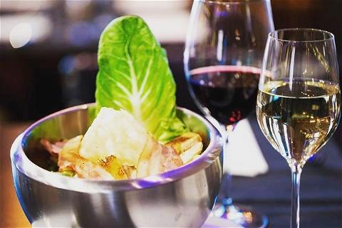 YOUR PUB RESTAURANT IS JUST WAITING FOR YOU 👨🍳  Notre chef de cuisine vous prépare tous les jour des plats du jour avec des produits frais et beaucoup d'amour #lebonheurdecuisiner   🍻HAPPY HOUR 17H-20H 🍻#biere#cocktails   🍔FOOD SERVICE 18H30-00H🍔 #beaucoupdoffres  #irishpub#champselysees#restaurantparis#pub#biere#cocktails#burger#chefdecuisine#guiness#mojito#noussommesouverts