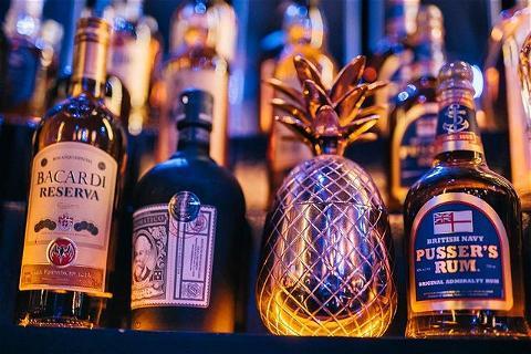 """""""Any drunk drink; rum has a good back."""" 🥃  Et qui dit week-end dit apéro ! 😁 Quel est ton alcool préféré pour prendre l'apéro ? #rhum  Nous sommes en pleine réflexion pour créer un cocktail de saison pour la réouverture, qu'en pensez-vous avec du rhum ? #nousaimonsvousfaireplaisir   Bon week-end 💚🧡 #vousnousmanquez   #happylife#irishpub#happyhour#afterwork#champselysées#paris#restaurantparis#bar#pub#hiver#irishcoffee#rhum#rhumarrangé"""