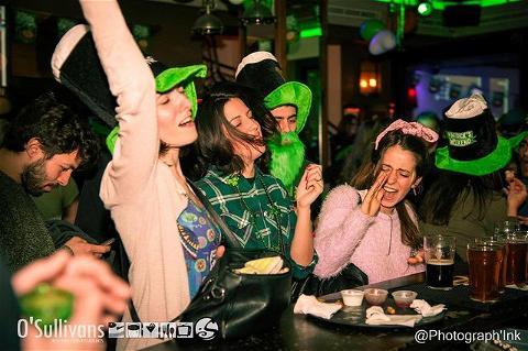 🍀 Finally the weekend🍀  N'oubliez pas ce week-end, vous pouvez venir chercher votre kit @osullivanspigalle  @pubsaintgermain pour célébrer la St Patrick chez vous #soireegreen#stpatricksday   ST PATRICK KIT 15€:  2 verres à pintes  4 cannettes de Guiness 50cl  Goodies surprise 🤩  En même temps pourquoi pas prendre une bière bien fraîche ? #guiness   J-5 ST PATRICK & L'ANNONCE DU GRAND GAGNANT DU CONCOURS 🤞🏼🍀 #followme#participe#identifietespotes#partage   #paris#osullivansfranklindroosevelt#irish#irishpub#guiness#biere#green#bar#stpatricksday#pub#bierecouleaflot