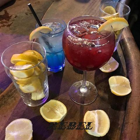 L'été, vous êtes plutôt Cosmo, Spritz ou Blue Lagoon? 🍹🍸 Les cocktails, au Rebel Bar #Irishpubchatelet, c'est à 6€ en happy hour.  Donnez vos cocktails préférés en commentaires, qui sait, ça peut nous donner des idées 😎⠀ .⠀ .⠀ .⠀ .⠀ .⠀ .⠀ .⠀ .⠀ #IrishPubParis #PubIrlandaisParis #barChatelet #OSGroup #OSullivansParis #PubParis #barParis