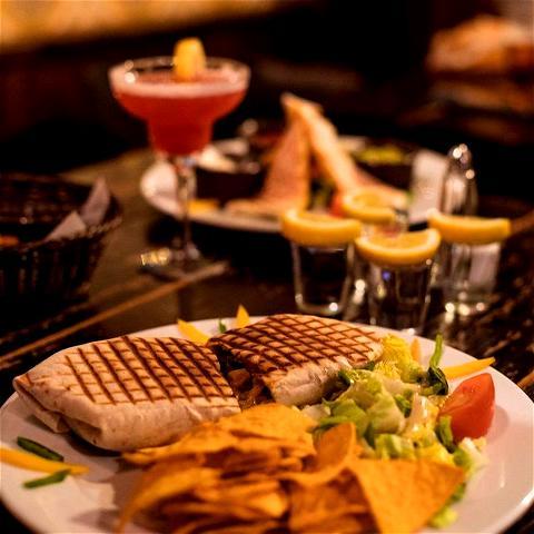 Fancy some food ? 🌮  Le REBEL, c'est aussi des plats de différents horizons cuisinés avec amour par notre chef cuisto ! Poutine, Quesadillas, Burgers, sharers, .... tout ça sur la carte du #OSullivansChatelet ! 🌟