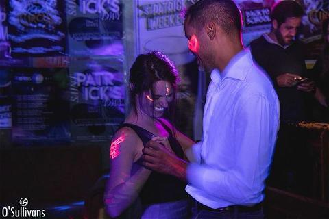 Hey, vous avez déjà assisté à l'une de nos Fluo Party ? 👽 C'est ambiance tamisée, UV light, et danse collée serrée visiblement 👀 Au #OSullivansRebelBar, c'est l'une de nos soirées préférées en tous les cas 💃  Comment se passe votre Samedi ? ⚡️