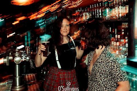 [OUVERTURE TAKE AWAY]✨ CAN YOU FEEL THE CHRISTMAS SPIRIT ?  Votre #IrishPubChatelet est prêt pour les fêtes ? D'ailleurs ça vous dit un verre de vin chaud ? Quelque chose me dit que si vous passez au #OsullivansChatelet ce week-end, Michele et tous les autres seront là pour vous proposer boissons chaudes et autres.... #Noel2020 c'est bientôt !!!