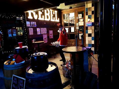 Ce Jeudi et Vendredi, le REBEL sera ouvert de 16H à 20H pour de la vente à emporter ! On vous attend nombreux au Rebel Bar, Rue des Lombards ! ⠀ ⠀ 🌟 CIDRE CHAUD ⠀ 🌟 VIN CHAUD ⠀ 🌟 BIERES ⠀ 🌟 HOT DOG ⠀ ⠀ Ready to Rock ? 🤘