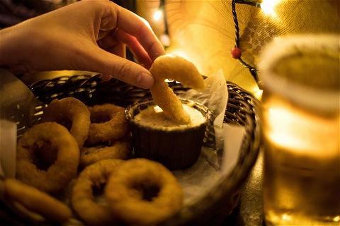 LE SAVIEZ-VOUS ? Le Rebel Bar, c'est aussi un RESTAURANT. 🍝 ⠀ A la carte: starters, hamburgers, quesadillas, poutine et bien d'autres ! De quoi se régaler, idéalement accompagné d'une bonne bière artisanale 🍻 ⠀ On espère ré-ouvrir bientôt pour vous faire goûter tout ça ! Finger crossed.... 🤞