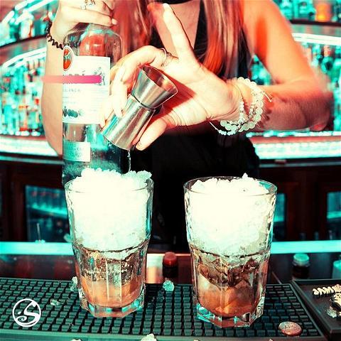 ☃️ CRUSHED ICE ☃️ ⠀ A qui sont ces mains ? Guess it !⠀ ▪️⠀ ▪️ ⠀ #cocktails #cocktail #drinks #drinkstagram #cocktailart #cocktailbar #bartender #bartending #drinkporn #mixology #mixologist #bacardi #rhum #pouritup #ice #crushedice #snow #winter #nails #bar #osullivanspigalle #osullivansbythemill #paris #paris18 #story