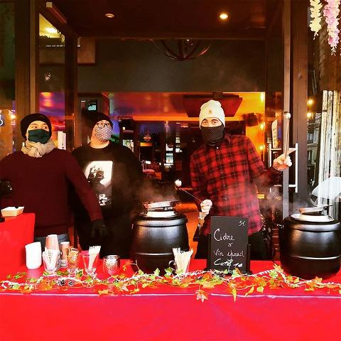 💥 Show must go on!  Le #osullivanspigalle est ouvert tous les jours pour de la vente à emporter :  Hot Dog gourmand Frites de pomme de terre et patate douce Pâtisserie maison Irish coffee Bières Vin chaud ...... 🔺Rendez- vous  en urgence chez nous pour découvrir toutes nos surprises 🔻  🕑 12h30-19h30   #osullivansbackstagebythemill #takeaway #food #foodie #restaurant #paris #paris18 #comfortfood #mulledwine #hotcider #pastries #bar #barman #drinks #irishcoffee #hotdog #fries #pub #redshirt #bonnet #winter