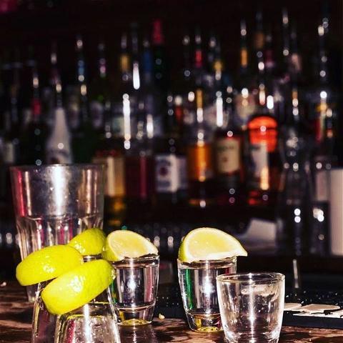 🧂 PAF !  Level up, Tequila! On ne sait plus si cette photo est un début, un milieu, une fin de soirée... Le shot de trop ? #blackout   Enfin on espère que le week-end était bon et on vous souhaite une bonne semaine les amis 😉  ▫️  #shot #tequila #paf #tequilapaf #lemon #salt #shots #bar #pub #drinks #party #bartender #barmaid #bartending #paris #pigalle #paris18