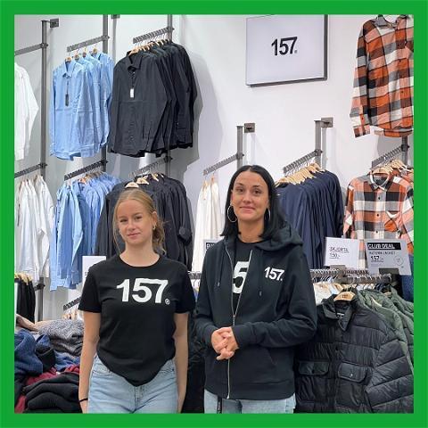 Caroline läser andra året på Försäljning- och serviceprogrammet. Gabriella jobbar på Lager157 och är handledare åt Caroline. 📗 Caroline, vad...