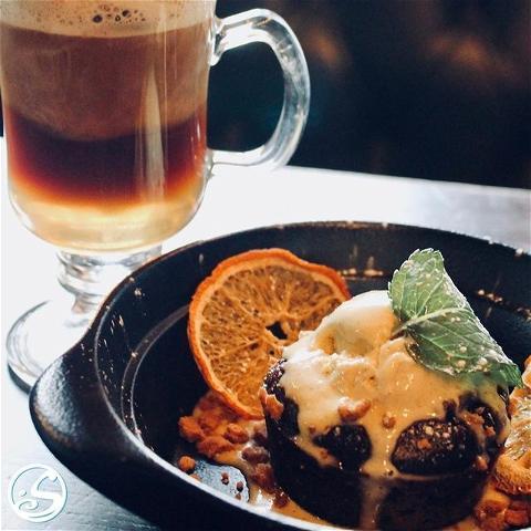 🍰 GET YOUR JUST DESSERT ! ⠀ - - ⠀ Après le déjeuner, pourquoi ne pas essayer notre délicieux chocolat moelleux ! 😍Garni de glace à la vanille et de spéculoos ! 🍨 Et pour couronner le tout, un Irish coffee ! ☕️ ⠀ - - ⠀ 🤗 Ouverture midi jusqu'à 20H30 ⠀ 🍽️ Service de restauration NON-STOP ! ⠀ 🍻 Happy Hour - 17H/20H ⠀ - - ⠀ #osgb #osullivans #irish #irishpub #irishpubrestaurant #restaurant #paris #grandsboulevards #dejeuner #apresdejeuner #dessert #glace #chocolat #food