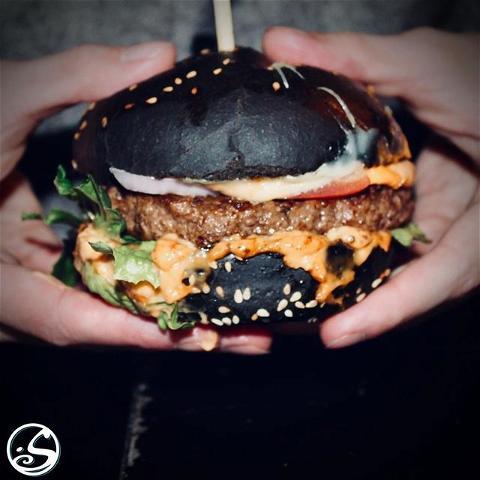 🍔 LE BURGER EN NOIR ⚫️⠀  - - ⠀ 🙌 Nous sommes ouverts jusqu'à 20H30 ! ⠀ Essayez notre burger Angus serré entre des petits pains à l'encre noire, garni de gouda et de la sauce secrète spéciale de notre chef ! 😉 ⠀ - - ⠀ 🍽️ Service de restauration NON STOP ⠀ 🍻 Happy Hour - 17H/20H ⠀ - - ⠀ #osgb #osullivans #Paris #grandsboulevards #irishpub #restaurant #food #burger #blackbun #angus #dejeuner #diner