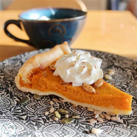 EASY AS PIE! ⠀ - - ⠀ 🍂 L'automne est servi de préférence avec une tarte au potiron, avec un soupçon de cannelle et garnie de crème fouettée. MIAM ! 🤤 Que pensez-vous ? ⠀ - -⠀ #osgb #osullivans #irishpub #irishrestaurant #food #dessert #pumpkinpie #pumpkin #Paris #teatime #grandsboulevards #weekend