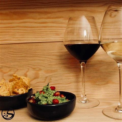 🍷 RED & WHITE ⠀ - - ⠀ ❤️💚 Les couleurs de Noël, rouge et vert, vont ensemble comme les couleurs de nos vins, rouge et blanc ! ⠀ 🥑 Profitiez de #winewednesday avec du guacamole et tortilla chips. Rendez le plus festif en ajoutant de la grenade ! ⠀ - - ⠀ L'abus d'alcool est dangereux pour la santé, à consommer avec modération. ⠀ - - ⠀ #osgb #osullivans #Paris #grandsboulevards #irishpub #irishrestaurant #restaurant #fingerfood #apero #snack #tapas #avocado #gaucamole #vin #wine #redwine #whitewine