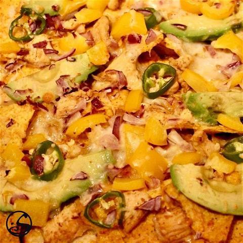 NACHOS POUR LA VICTOIRE ! 🏆 - -  🏈Le #SUPERBOWLSUNDAY est arrivé !  Profitez du jeu avec des loaded nachos ! Des chips de tortilla garnies de poulet BBQ,  des tranches d'avocat, 🥑 de l'oignon rouge haché, 🧅 des jalapeños et des poivrons jaunes recouverts de Gouda et de mozzarella ! 🧀 ⏲ Mettez le tout au four pendant 10-15 minutes à 200 degrés.   🤤Et vous êtes prêt à regarder le match, une bouchée à la fois !  - - #football #americanfootball #snack #snacking #superbowl #sunday #osgb #osullivans #game #gameday #nachos #food #irishpupfood #homemade #cheese