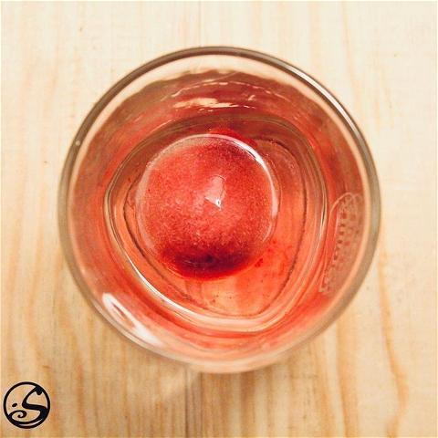 HAVE A (ICE) BALL 🧊 - -  Vous voulez garder votre boisson au frais, sans le goût aqueux des glaçons fondus ? Utilisez des glaçons sphériques ! ❄️ #tusedaytip - un glaçon sphérique a un volume de surface inférieur à celui d'un glaçon ordinaire = signifie moins de glace fondue pour ceux qui aiment leurs boissons ON THE ROCKS ! 🥃 --  💡PRO TIP : un fruit au milieu pour aromatiser vos boissons préférées !  📸Pictured Here: Gin on the rocks avec un glaçon et framboise.  - -  L'abus d'alcool est dangereux pour la santé. À consommer avec modération. - -  #osgb #osullivans #paris #gin #rasberry #fruit #framboise #ontherocks #drink #irishbar #lifehack #bartenderhack #bartender #irishpub #science