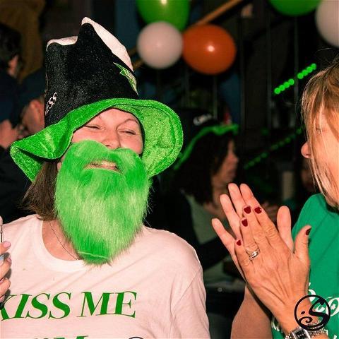 😘 KISS ME IT'S FRIDAY ! 🍀 - -  J-5 GRANDS COUNCOURS DE LA SAINT PATRICK 🎩 - -  N'oubliez pas que ce week-end, vous pouvez venir chercher votre kit de fête à @osullivanspigalle  pour célébrer la Saint-Patrick chez vous ! 🎉 Trouvez des articles comme celui de notre #flashbackfriday photo et bien d'autres pour fêter l'événement ! 🍻 - -  #osgb #osullivans #irish #irishpub #irishbar  #kissmeimirish #weekend #paris #saintpatricksday #memories #guinness