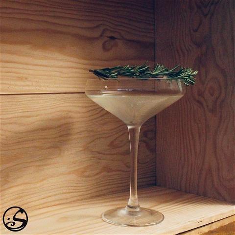 A DASH OF GREEN ! 🌿 - -  J-3 Grand Jeu Concours 🍀 - -  Pour la semaine de la Saint-Patrick, nous avons pensé jouer avec des herbes.🌱 Pour rafraîchir votre cocktail préféré, essayez d'ajouter du sirop simple de romarin. 🍃 - -  Recette: 👨🍳 🔹Faites chauffer lentement 125 ml d'eau, 100 grammes de sucre et du romarin haché dans une casserole.  🔹Remuez les ingrédients, jusqu'à ce que le sucre soit dissous.  🔹Retirez du feu, et filtrez le sirop dans un récipient à conserver au frais jusqu'à son utilisation.  - -  🍸 Cocktail du moment - Gimlet au romarin  Ingrédients:  2 oz de gin, ou de bière de gingembre  3/4 oz de jus de citron vert  3/4 oz de sirop de romarin  - -  #osgb #osullivans #cocktail #irishpub #irishbar #cocktailbar #happyhour #cocktailoftheweek #rosemary #cocktailtime #saintparticksday #green #martinimonday  - -  L'abus d'alcool est dangereux pour la santé, consommez avec modération.