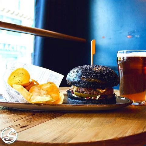 BURGER LOVE! 🍔🖤 - -  ⚠️ J -1 La Réouverture #19mai  Découvrez notre nouveau O'Sullivans Cheeseburger ! 🍔 Brioche noire 🖤 + Steak haché charolais 🥩+ Cheddar fermier 🧀 = 🤤 Dégustez-le en retrouvant vos amis sur la terrasse cette semaine, ou prenez-le emporter ! 🏃♂️ C'est vous qui choisissez ! 🙌 - -  ⏰ Heures d'opération : Midi - 21H  🍻 Happy Hour : LUNDI - VENDREDI 17H - 20H  🍽 Food Service : Midi - 14H15 / 17H - 20H15 - -  #osgb #osullivans #irishpub #irishbar #restaurant #pub #paris #new #newmenu #pubfood #burgerlove #blackinkbun #foodporn #tousenterrasse